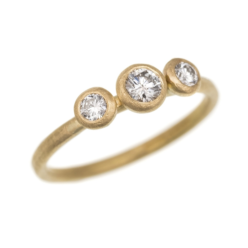 R280 18ct Y gold with 3 graduated diamonds & R263 thin hammered band Photo r280.jpg