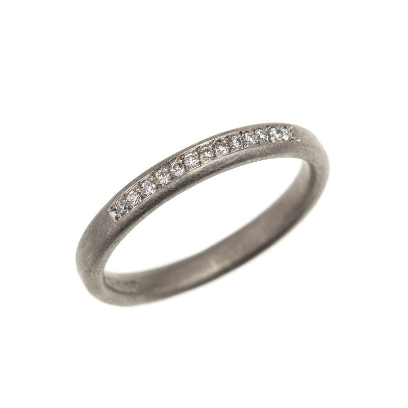 R247 18ct W & Y gold hammered ring, 40pt dia & R246 18ct Y grain set hammered band Photo r270.jpg